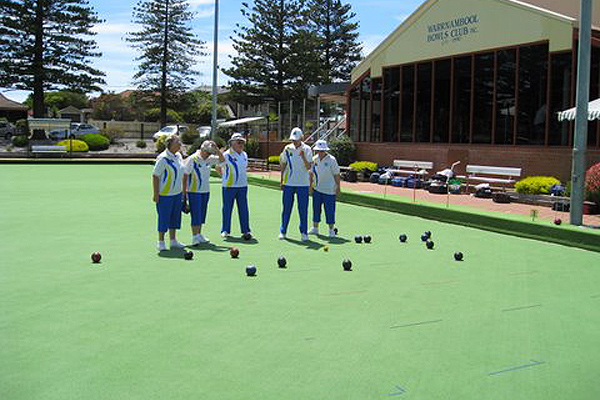 Warrnambool Lawn Bowls Team wearing Domino Light Royal - Domino for mens and womens coloured bowls clothes